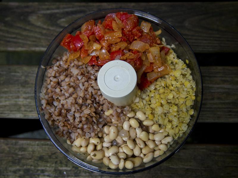 Pikantna pasta z soi i kaszy gryczanej (czerwony hummus)