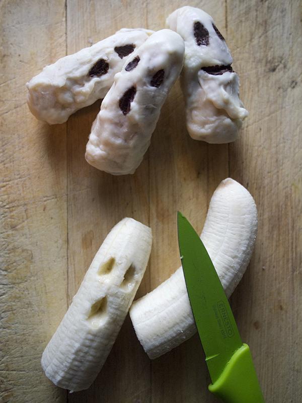 przekąski na halloween bez pieczenia_bananowe duchy