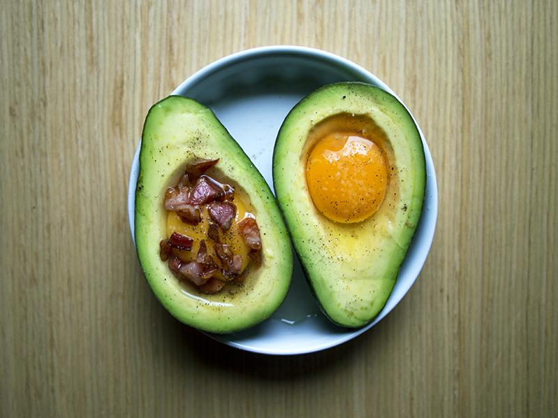 raz, dwa, trzy, trzy składnikowe danie_awokado zapiekane z boczkiem i jajkiem_nerdycookin