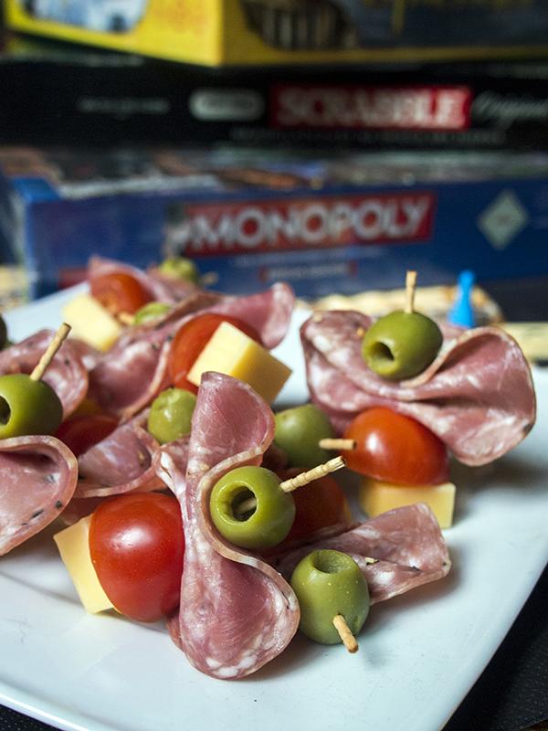 andrzejkowy fingerfood, przekaski na andrzejki do gier planszowych, tradycyjne koreczki, nerdycook.in